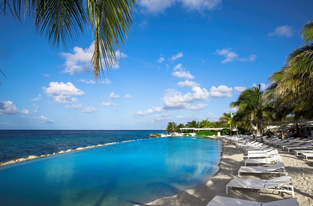 Relaxen aan dit mooie zwembad van Papagayo Beach