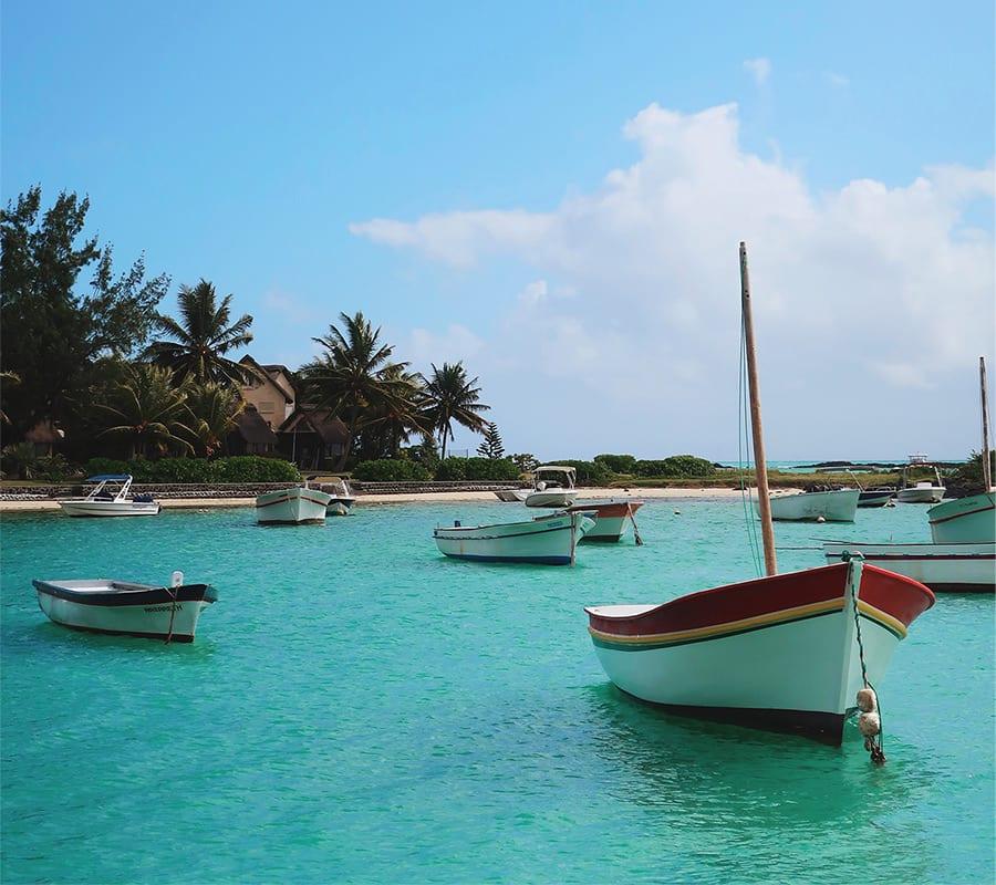 Bootjes in een haventje van Mauritius