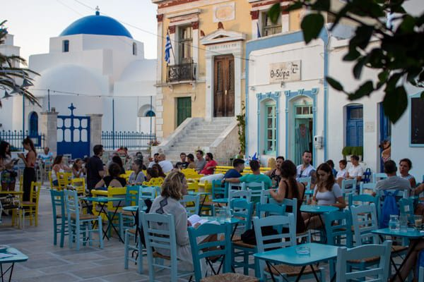 Genieten van een terras in Chora tijdens het eilandhoppen Griekenland