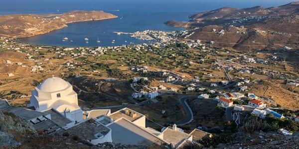 Uitzicht op de haven van Livadi