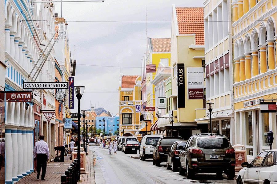 Een winkelstraat in Willemstad