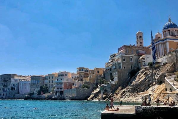 Het Ermoupolis stadstrand, even relaxen tijdens het eilandhoppen griekenland