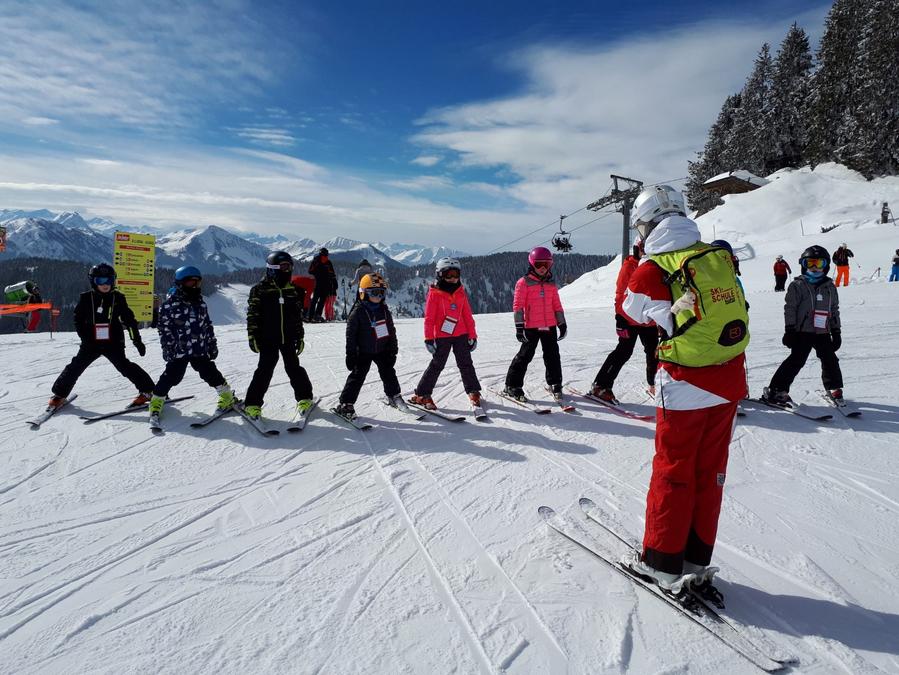 Een kijkje in het leven van een skileraar: mijn groepje op de piste uitleg geven