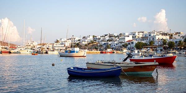 De haven van Livadi op Serifos