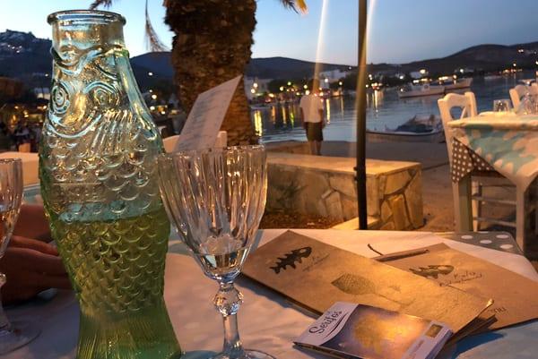 Culinair genieten op een terras in de haven van Livadi tijdens het eilandhoppen Griekenland