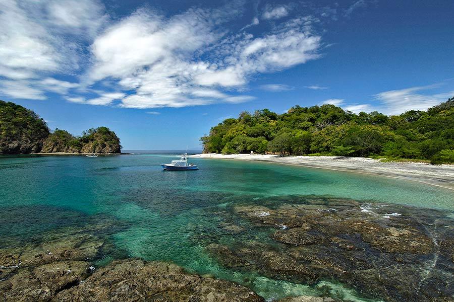 Strand in een baai van Costa Rica