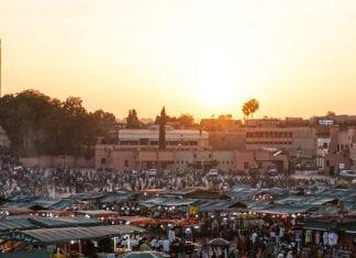markt in marrakech tijdens zonsondergang