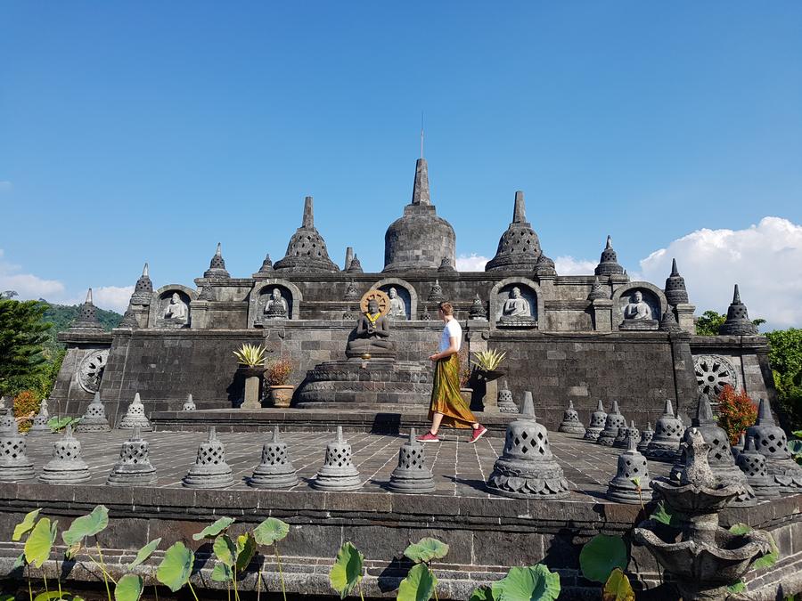 man met sarong bij tempel