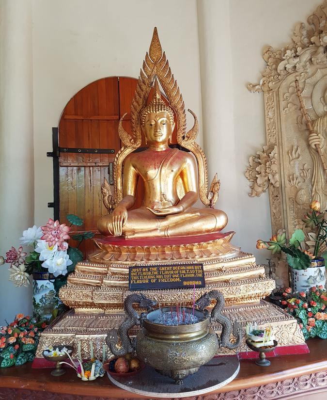 Informatie over Bali: een boeddha beeld met offers op Bali