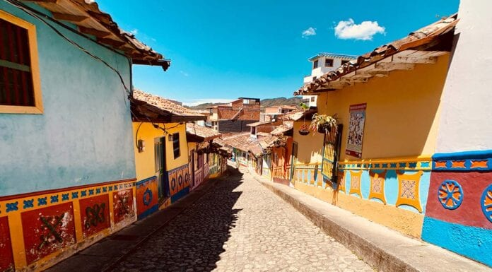 Straatje van gekleurde huizen in Colombia