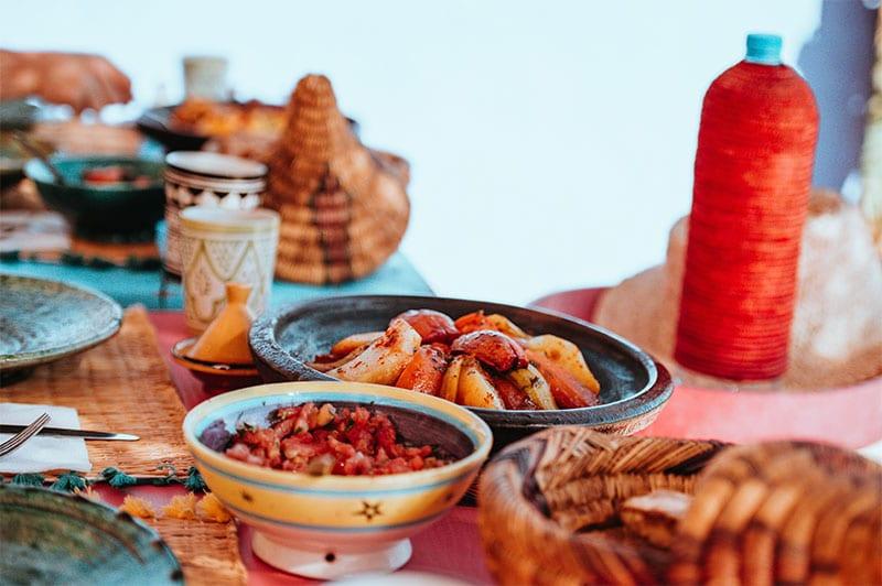 Een tafel met Marokkaans eten tijdens onze reis door Marokko
