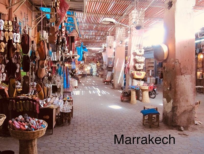 Reis door Marokko naar Marrakech, dan zie je dit soort straatjes