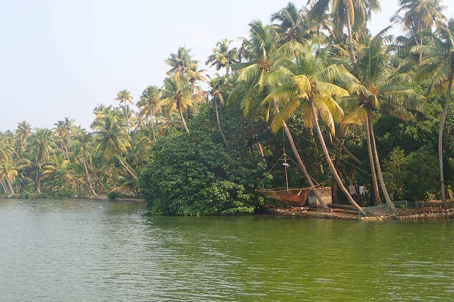 Over van een rivier die je ziet tijdens het fietsen door Zuid-India