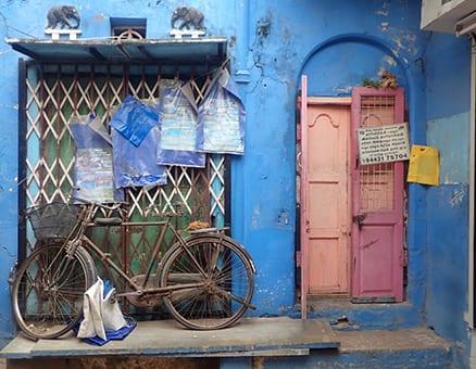 Oude fiets in India op een kleurrijke achtergrond