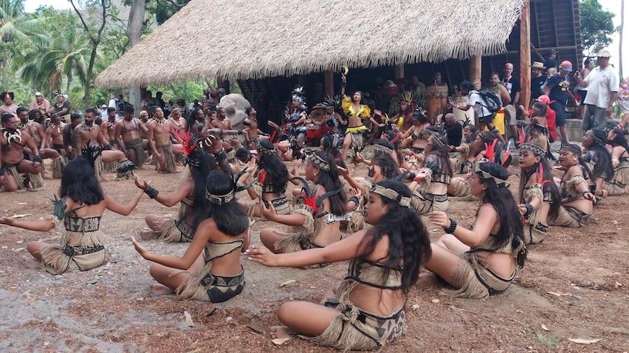 Dansende vrouwen tijdens een uitvoering van de haka dans