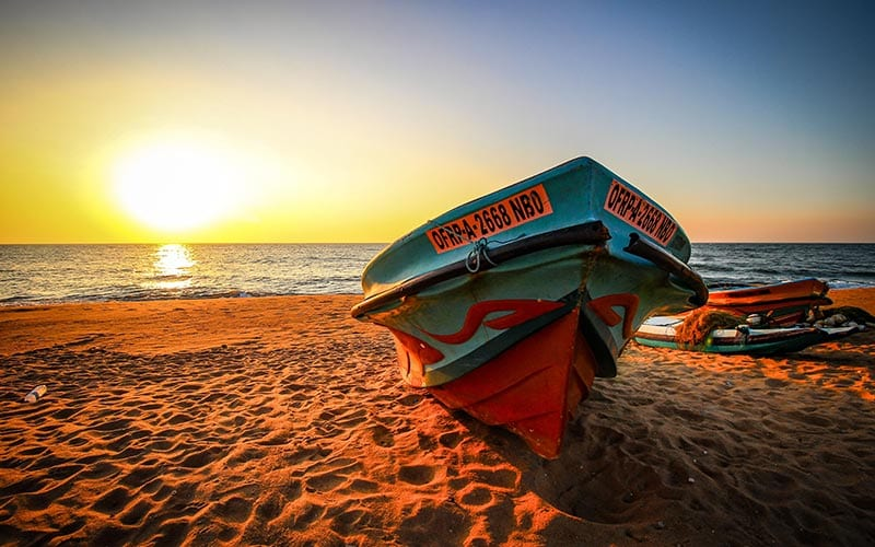 Bootje op strand van Negombo in Sri Lanka