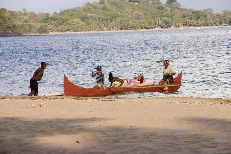 Locals in boot aan het strand