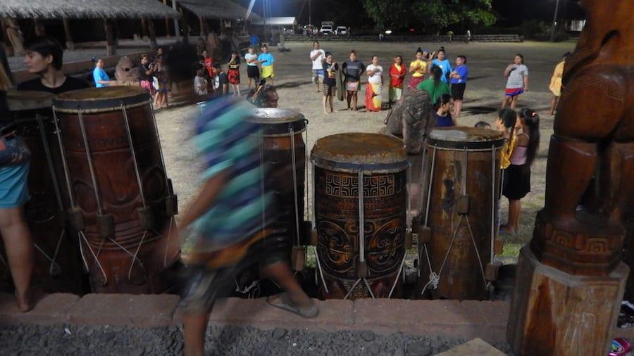 De trommels staan klaar 's avonds voor de haka dans