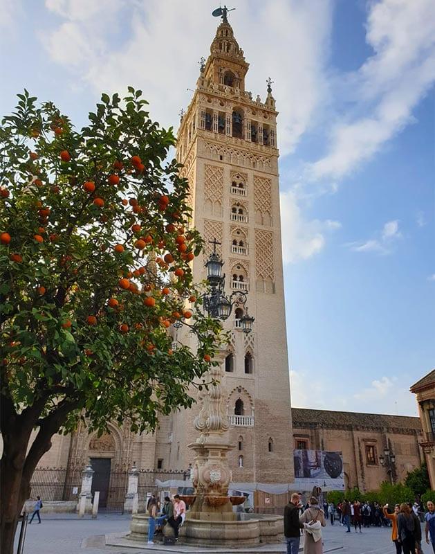 Een van de bekendste bezienswaardigheden in Sevilla: de Giralda toren