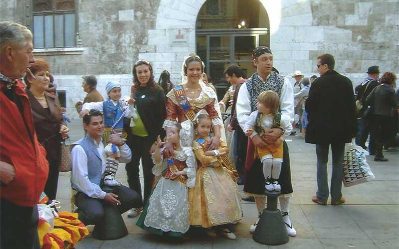 Inwoners in klederdracht tijdens las Falla's in Valencia