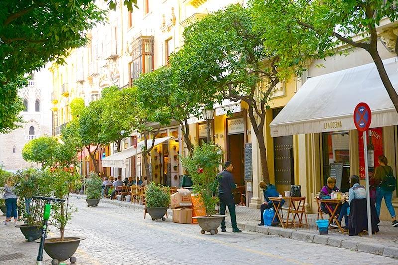 Straat met terrasjes in Sevilla
