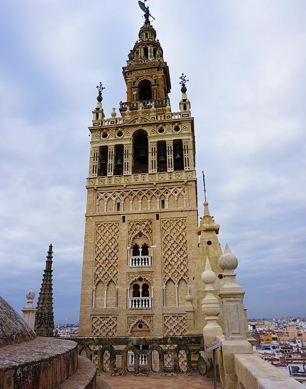 Giralda toren vanaf de kathedraal