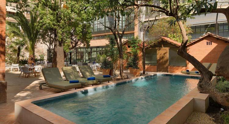 Zwembad van H10 Casa Mimosa in Barcelona