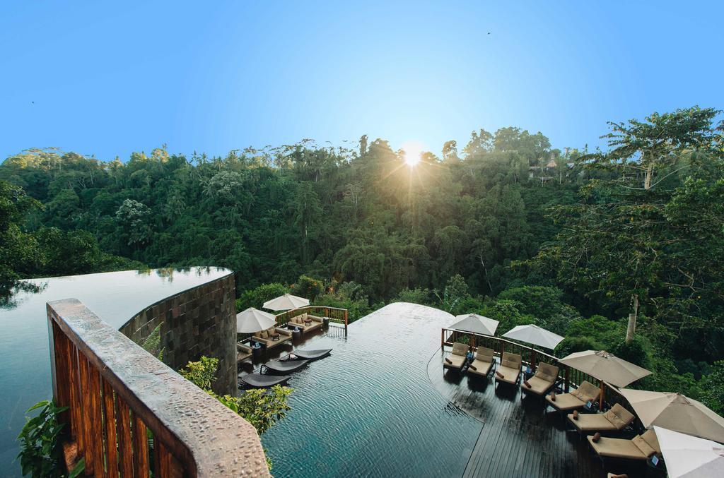 Uitzicht op zwembad Hanging Gardens op Bali