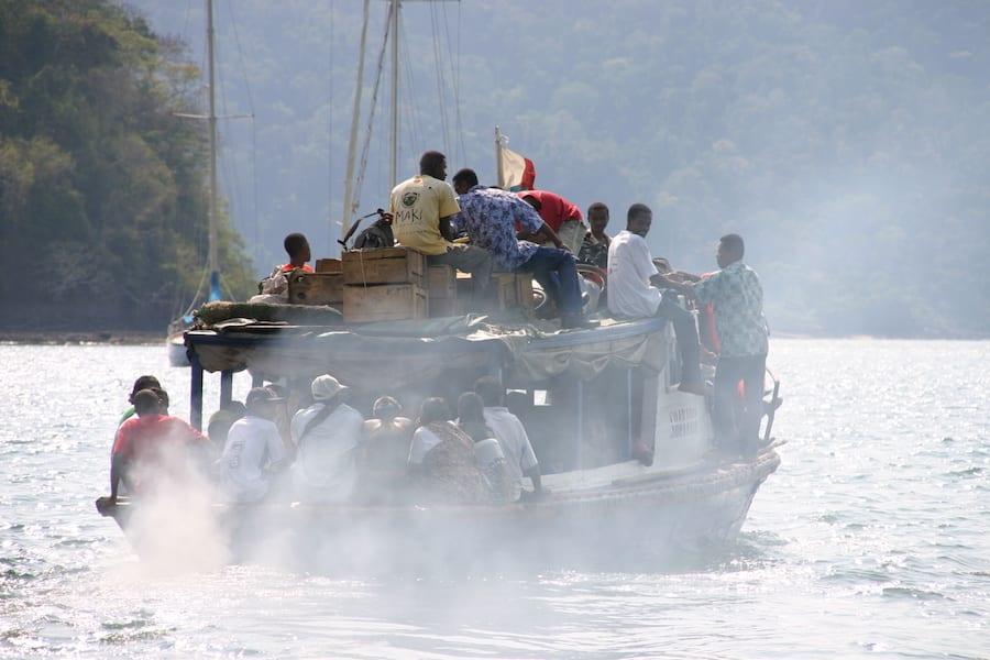 Boot met vissers op zee bij Madagaskar