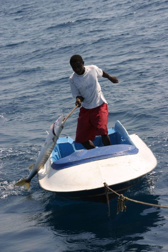 Visser haalt de vangst binnen op zee bij Madagaskar