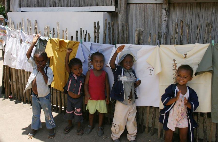 Schoolkinderen bij hun klaslokaaltje