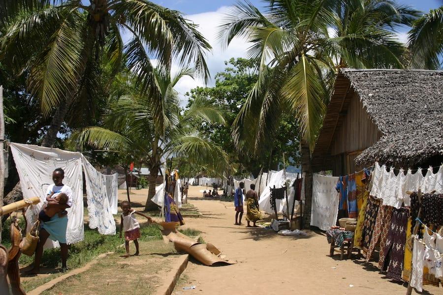Typisch straattafereel van een dorpje in Madagaskar