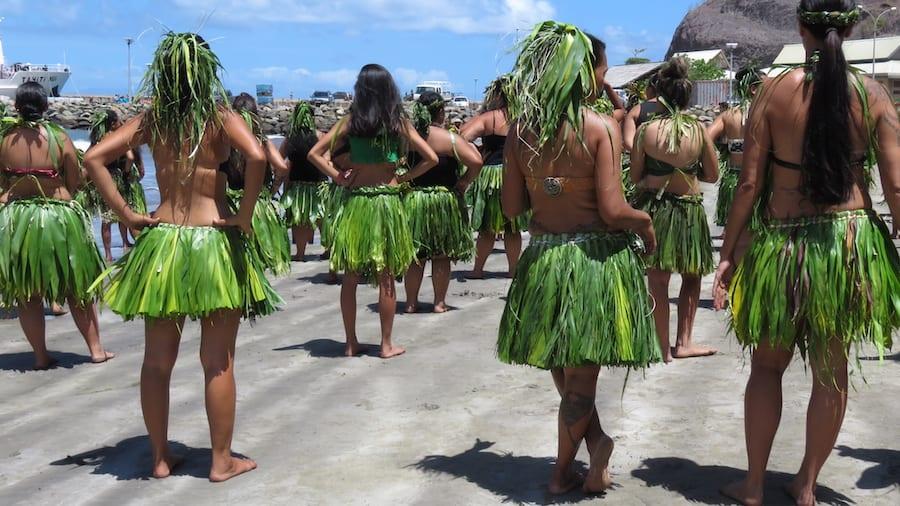 De vrouwen in kledij voor de haka dans
