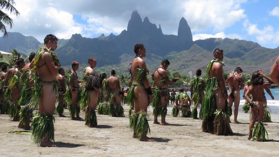 De lokale bevolking maakt zich klaar voor de haka dans