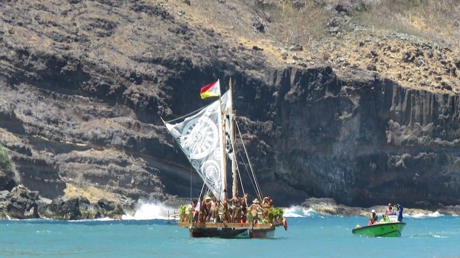 Zeilboot Pirogue in de zee