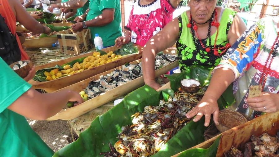 Vrouw maakt traditioneel Polynesisch eten