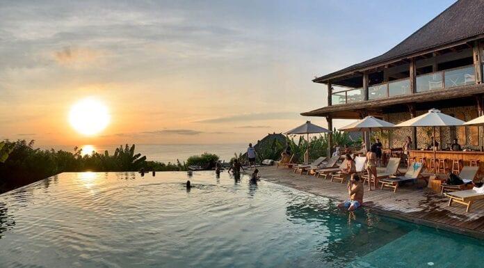 Relaxen aan infinity pool van Mana op Bali