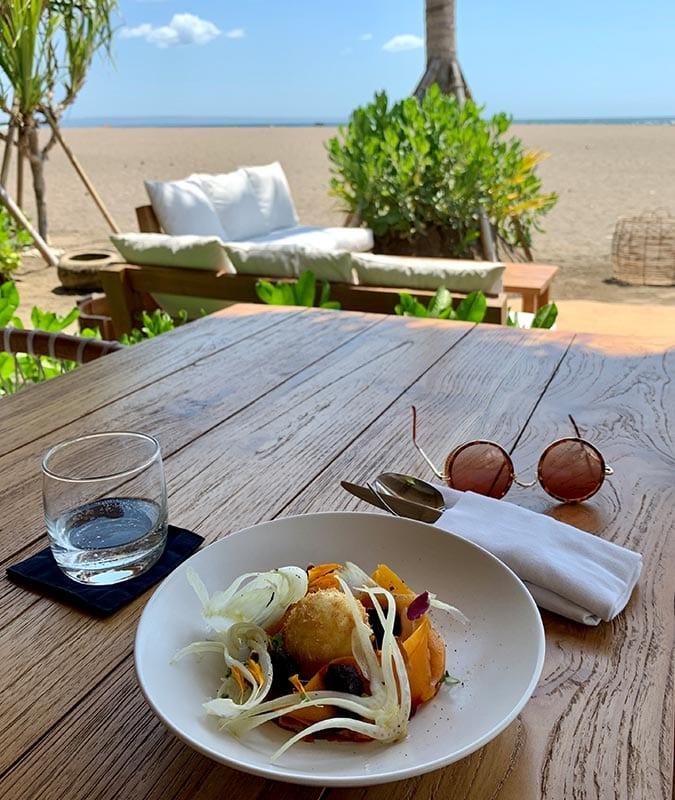 Eten aan het strand bij La Vela op Bali