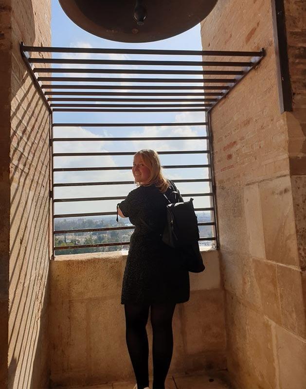 Manon aan het genieten van uitzicht vanaf de Giralda toren