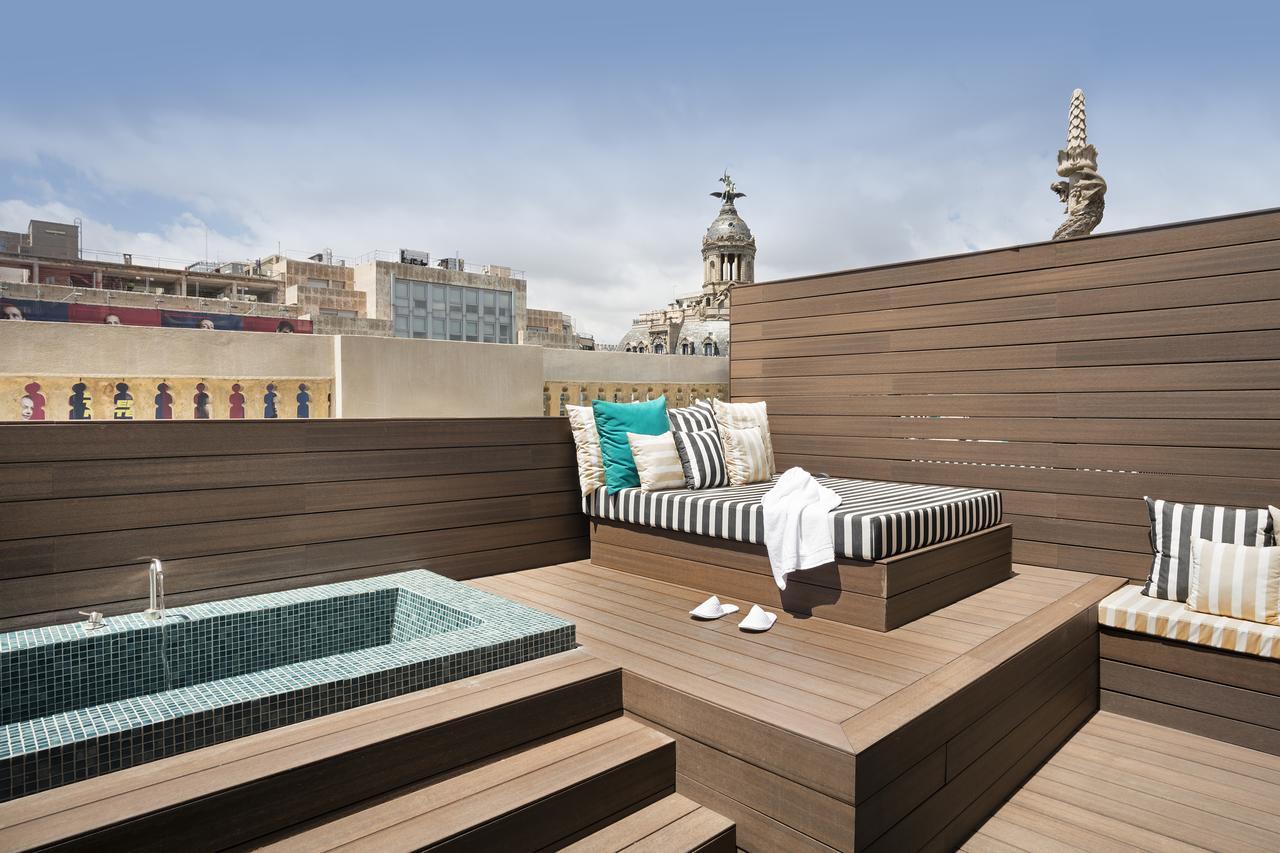 Terras met ligbed en jacuzzi in Hotel Praktik essens in Barcelona