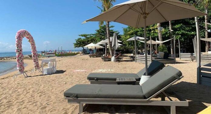Strandbedden op strand Bali