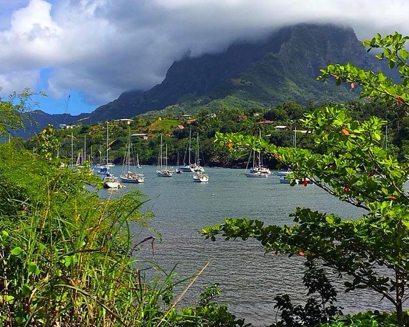 De baai van Atuona in Frans Polynesie