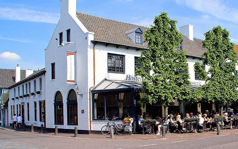 Hotel-Brasserie-Den-Engel-buiten met terras
