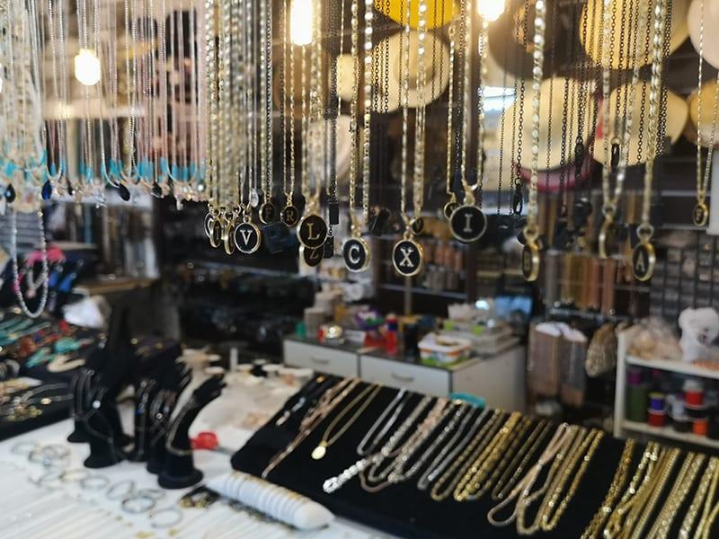 sieraden op een markt