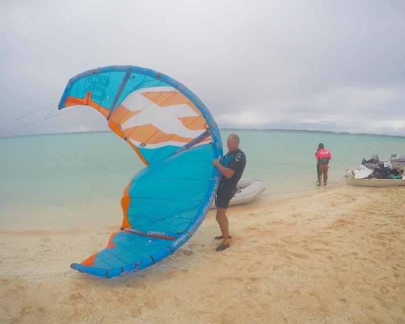 Rene aan het kitesurfen in Frans Polynesie