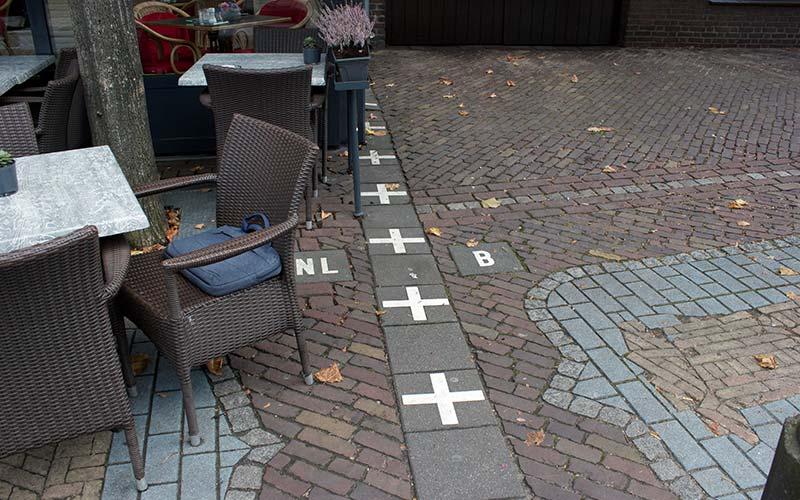 Terras in Baarle met scheidingslijn Nederland - Belgie