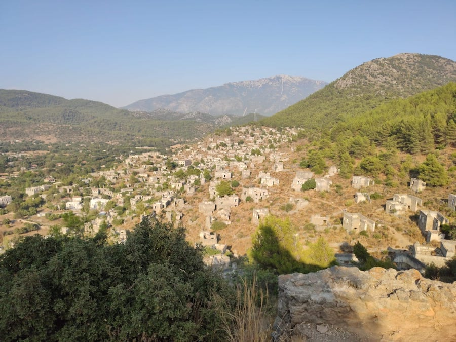 Uitzicht over ruïnes van Kayaköy, Fethiye