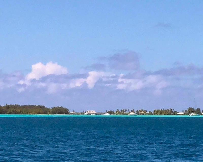 Blik op eiland tijdens zeilen