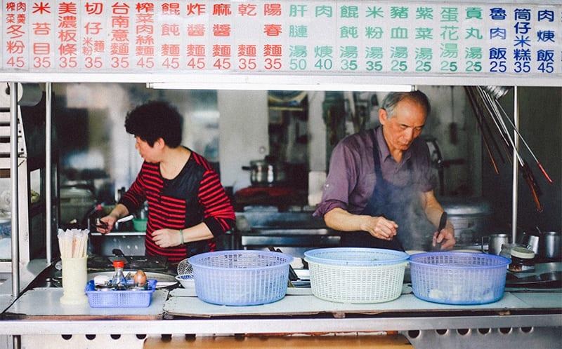 Locals die eten bereiden in taiwan