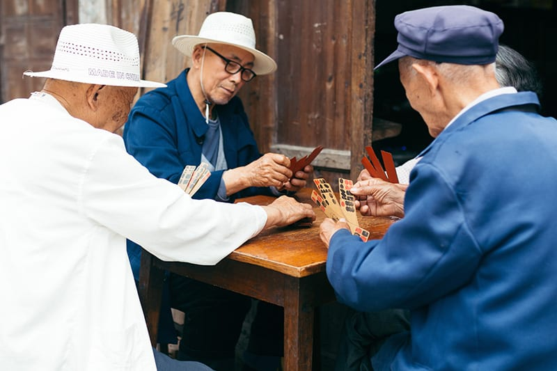 Chinese mannen die een spel spelen